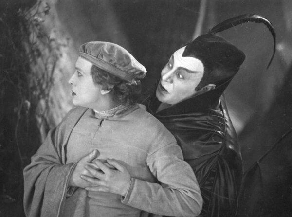 F.W.穆爾瑙(F.W. Murnau)的《浮士德》中一個鏡頭。(公共領域)