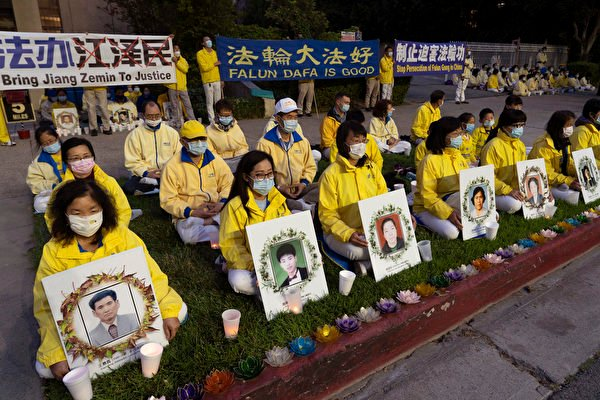 4月23日(周五)晚,大洛杉磯地區部份法輪功學員數百人聚集在洛杉磯中領館前,紀念1999年萬名法輪功學員「四二五」和平上訪22周年。(季媛/大紀元)