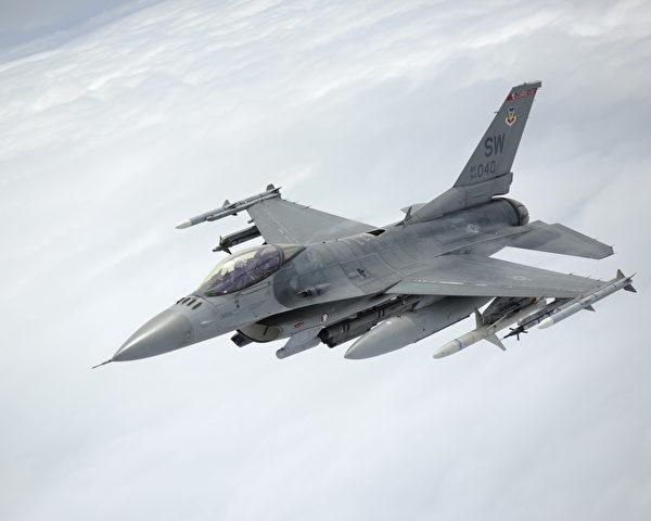 2016年8月3日,一架滿載武器的F-16戰鬥機在訓練中。 (美國空軍)