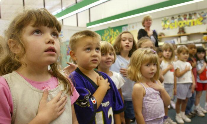 2002年9月17日,孩子們在馬里蘭州桑德蘭小學(Sunderland Elementry school)背誦「效忠誓詞」。(Mark Wilson/Getty Images)