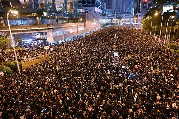 6月22日深夜,香港百萬抗議人群在遊行結束後不僅未散去,而且依然大聲疾呼撤回惡法、要求香港特首林鄭月娥下台。(HECTOR RETAMAL/AFP/Getty Images)