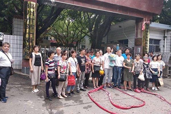 三十多位維權人士自發的前往福州市第一看守所,放鞭炮迎接嚴興聲出獄,又有四人獲刑。(受訪人提供)