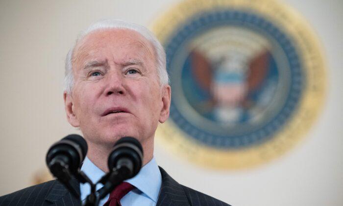 2021年2月22日,美國總統拜登在白宮的十字廳發表講話,當天,全美的中共病毒(俗稱武漢病毒、新冠病毒)死亡人數突破50萬。(Saul Loeb/AFP via Getty Images)