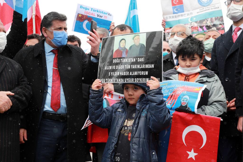2021年3月,中共外交部長王毅出訪土耳其;數百名旅居土耳其的維吾爾人在伊斯坦布爾舉行集會,抗議中共打壓維吾爾人。(ADEM ALTAN/AFP via Getty Images)