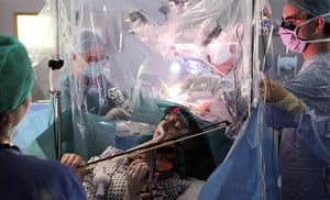 英國首例 醫生切顱取瘤請女病人拉小提琴