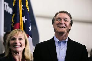 佐州決選參議員:民主黨候選人曾為中企工作