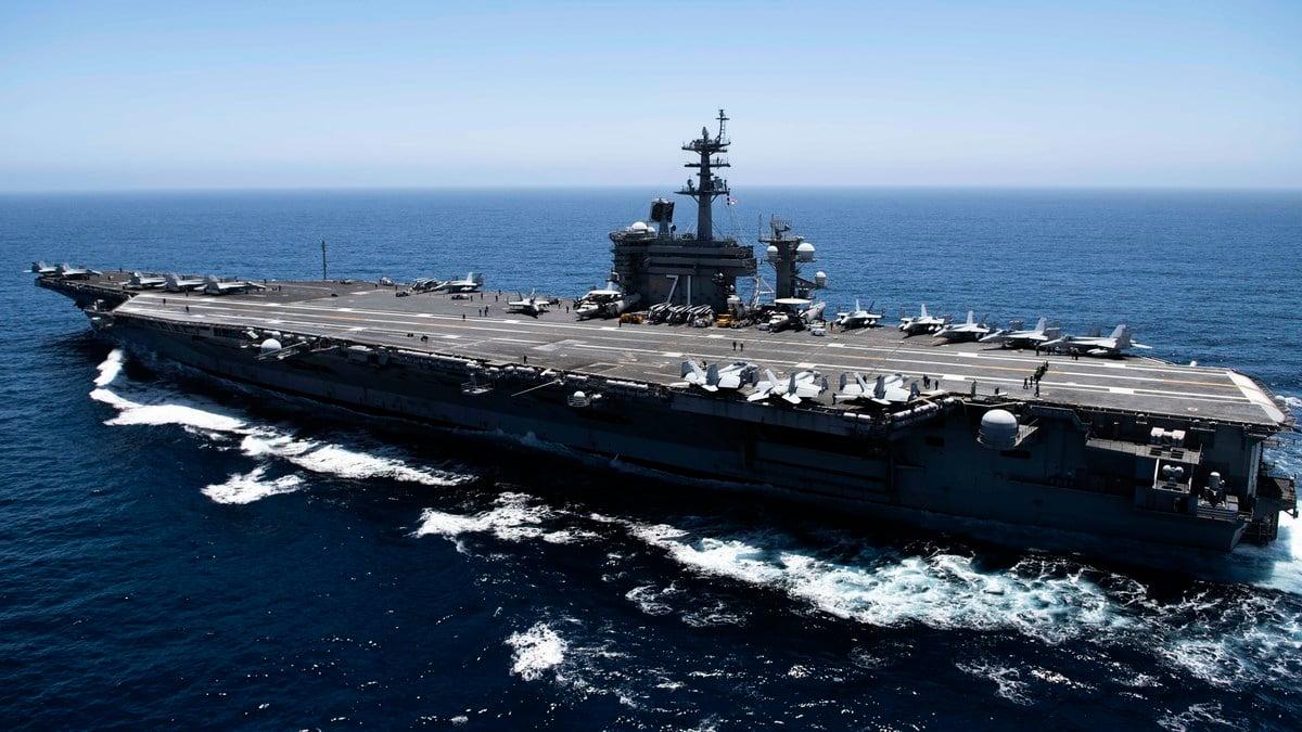美軍2021年4月4日派遣「羅斯福號」(USS Roosevelt)航母戰鬥群經馬六甲海峽駛入南海活動。(U.S. Navy via Getty Images)