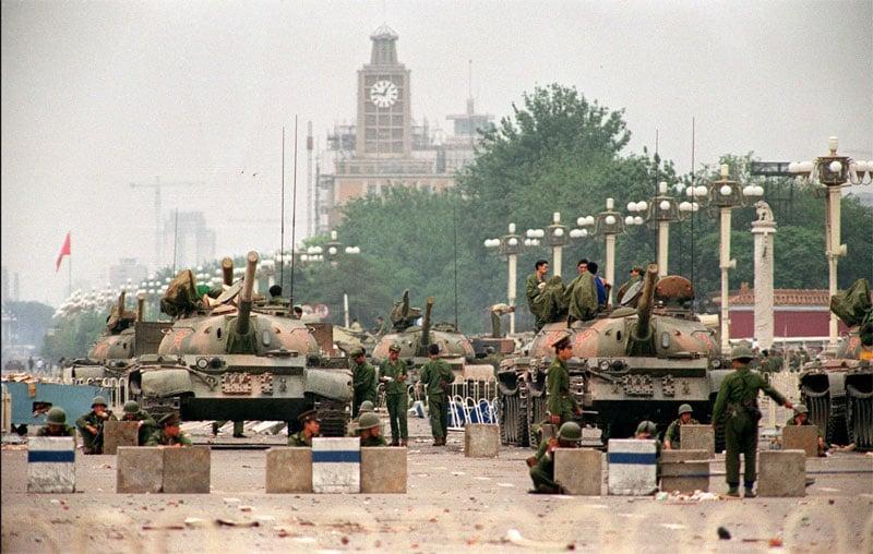 1989年六四事件中,鄧小平調38軍進入北京鎮壓學生,當時38軍軍長徐勤先少將拒絕在調兵令上簽字。但38軍最終在換將後參與屠殺同胞的惡行。(AFP)