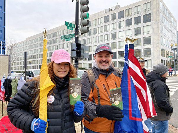 1月6日,集會現場民眾Tony(右)和友人支持「END CCP」。(李桂秀/大紀元)