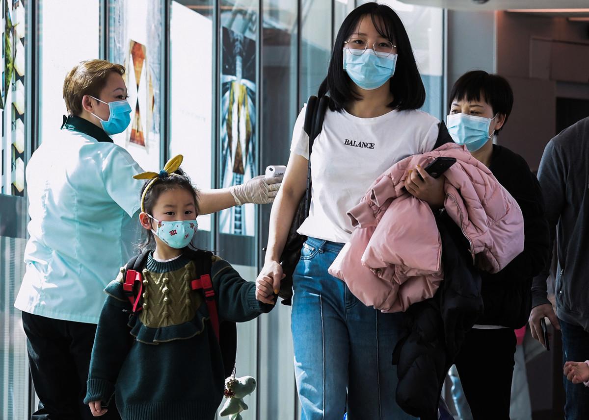 中國大陸疫情幾近失控,且在海外逐漸蔓延,目前海外有17個國家和地區已有確診病例。多國機場都在「安檢」。(ROSLAN RAHMAN/AFP)