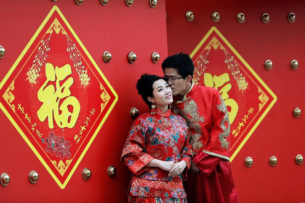 2019年前三季度,北京結婚登記98,944對,同比減少6.98%,離婚登記56,720對,同比增長12.44%。圖為北京一對新人正在拍照。( Lintao Zhang/Getty Images)
