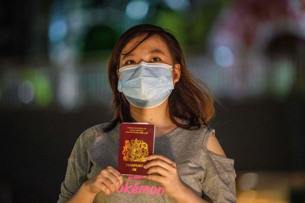 圖為2020年6月,持有英國BNO護照的港人。(ANTHONY WALLACE/AFP via Getty Images)