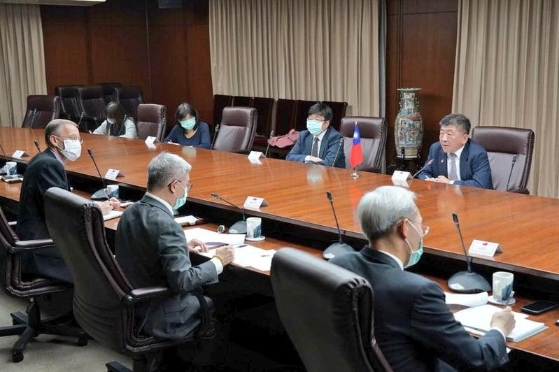 中華民國衛福部長陳時中(後右1)與美國衛生部長阿札爾2020年4月27日晚上舉行雙邊電話會議。(台灣外交部推特)