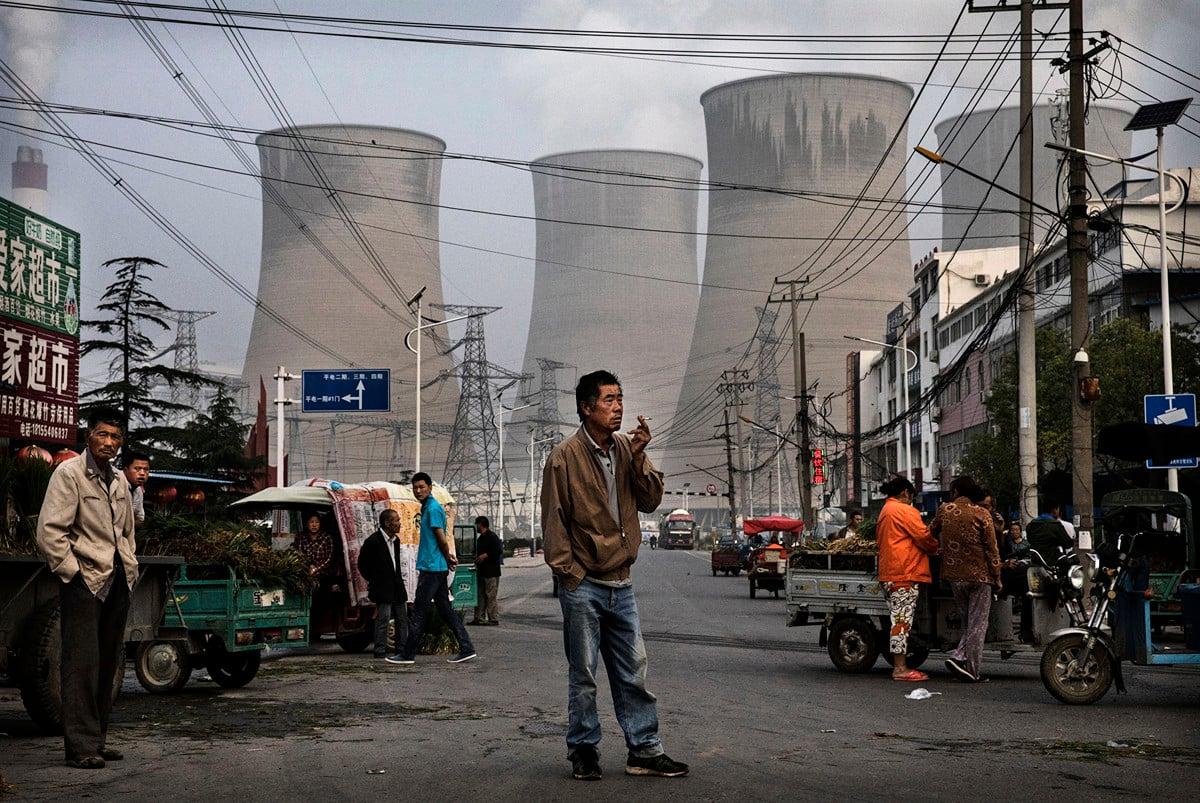 國家電網是中共特大型央企,曾持續位列世界500強第2名。圖為安徽一國有燃煤電廠外的市場。(Getty Images)