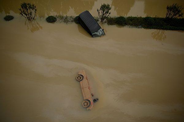 洪水淹沒鄭州市區,路上的車輛被洪水毀壞。(NOEL CELIS/AFP via Getty Images)