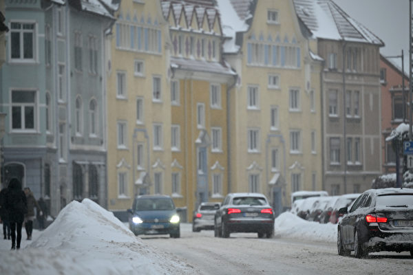 2021年2月8日,德國比勒費爾德(Bielefeld),汽車在積雪的街道上行駛。(Thomas F. Starke/Getty Images)