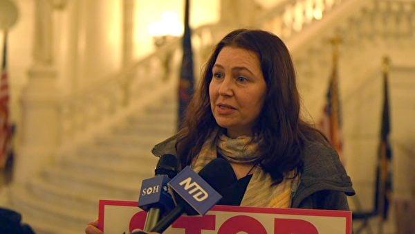 2020年11月30日,多納塔·克萊恩(Donata Klein)來到賓州的議會大廈,希望議員們能選擇支持特朗普總統的選舉人。(李臻婷/大紀元)