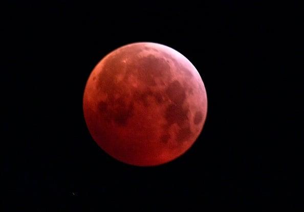 圖為2019年1月21日的「超級血狼月亮」,在意大利北部米蘭的月全食期間,月亮完全被地球陰影籠罩。(MIGUEL MEDINA/AFP/Getty Images)