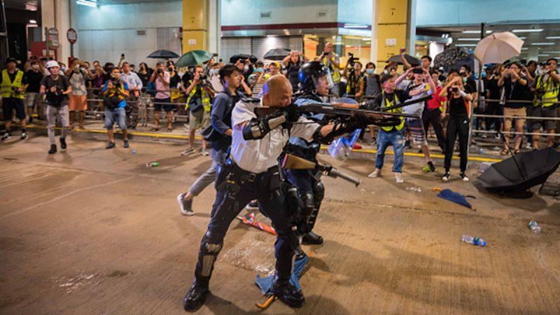 手持長槍瞄準香港民眾的「光頭警長」被輿論譴責之際,卻受到中共官媒熱捧。(Billy H.C. Kwok/Getty Images)