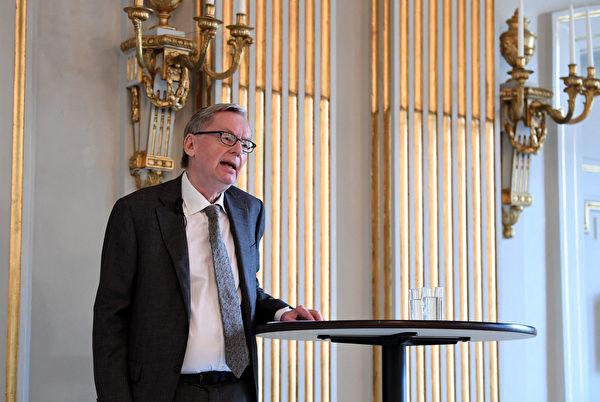 2021年10月7日,瑞典斯德哥爾摩,諾貝爾文學委員會主席、瑞典學院成員安德斯·奧爾森(Anders Olsson)舉行新聞發布會,對2021年諾貝爾文學獎得主發表評論。(JONATHAN NACKSTRAND/AFP via Getty Images)