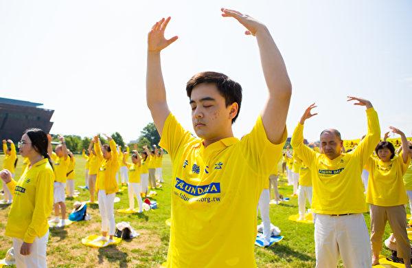 2020年7月19日,華盛頓DC部份法輪功學員來到國家廣場的華盛頓紀念碑前煉功,呼籲中共停止迫害法輪功。(李莎/大紀元)