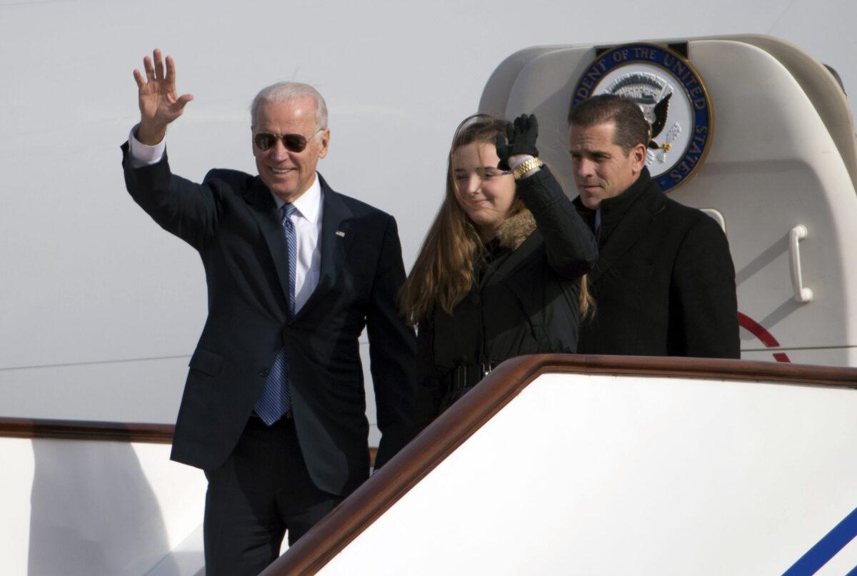 2013年12月4日,美國副總統拜登攜孫女芬尼根·拜登(Finnegan Biden,中)和兒子亨特·拜登(Hunter Biden,右)抵達北京訪問。(Ng Han Guan/AFP via Getty Images)