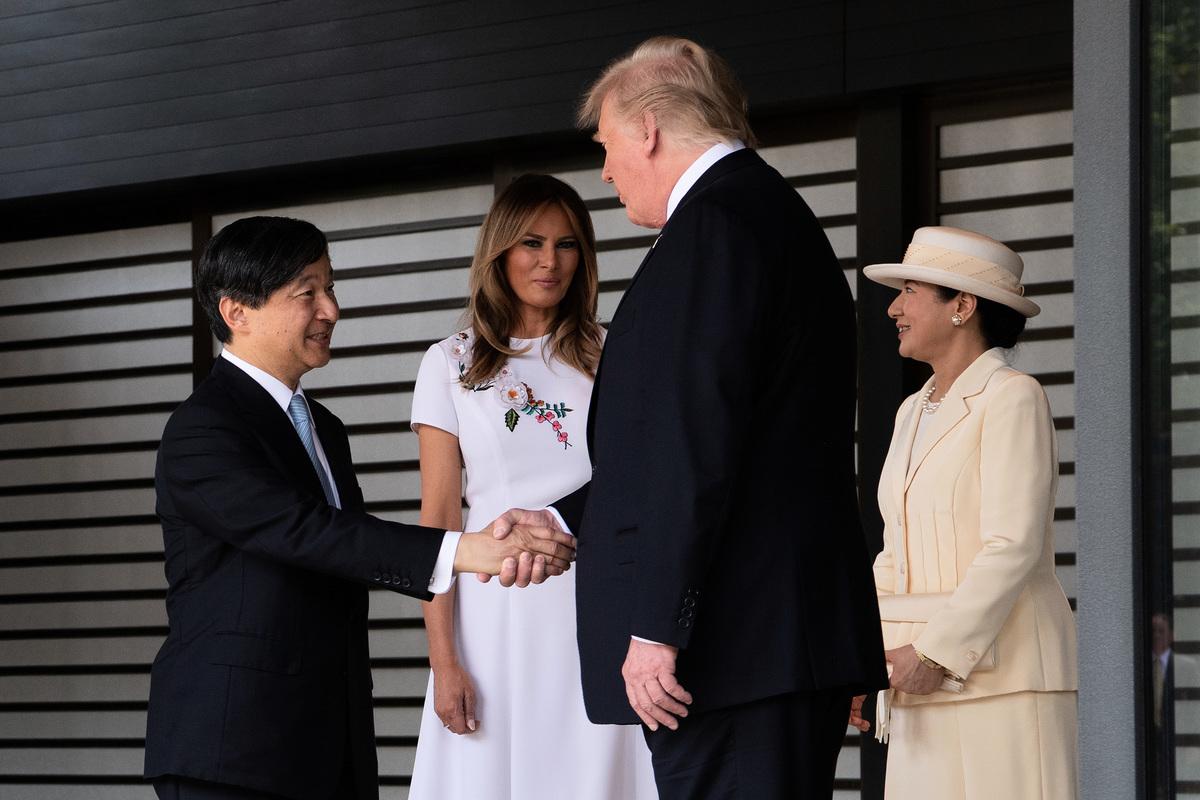 2019年5月27日,美國總統特朗普夫婦會見日王德仁夫婦。特朗普成為令和時代第一位與日王會面的外國元首。(Carl Court-Pool/Getty Images)