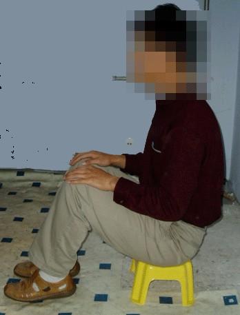 中共酷刑示意圖:坐小凳子。(明慧網)