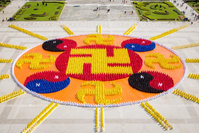 台灣及世界各地的部分法輪功學員約6,300人,排出壯觀的「法輪圖形」、16道光芒。(陳柏州/大紀元)