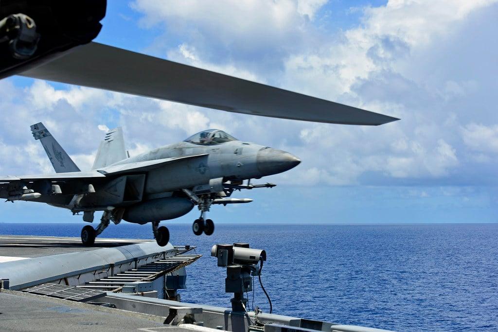 2020年8月14日,美軍列根號航母(CVN76)從東海回到南海。圖為當時一架F/A-18E超級大黃蜂攻擊機從航母甲板起飛的一瞬間。(U.S. Navy photo by Mass Communication Specialist 3rd Class Jason Tarleton)