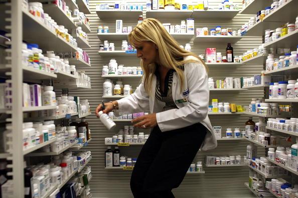 美國一家藥房的藥劑師正在為客戶選購藥品。(Joe Raedle/Getty Images)