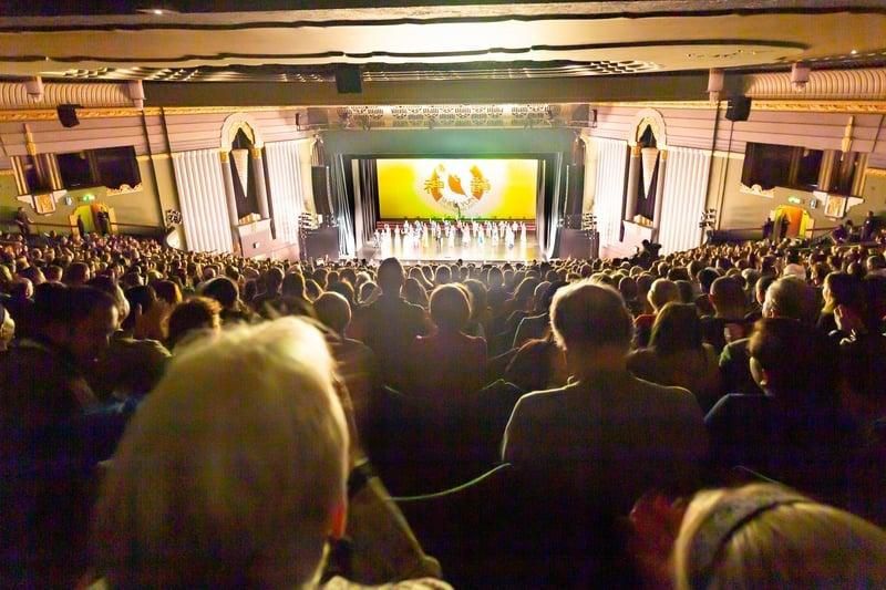 1月21日,神韻國際藝術團在倫敦Eventim Apollo劇院的第五場演出爆滿。(羅元/大紀元)