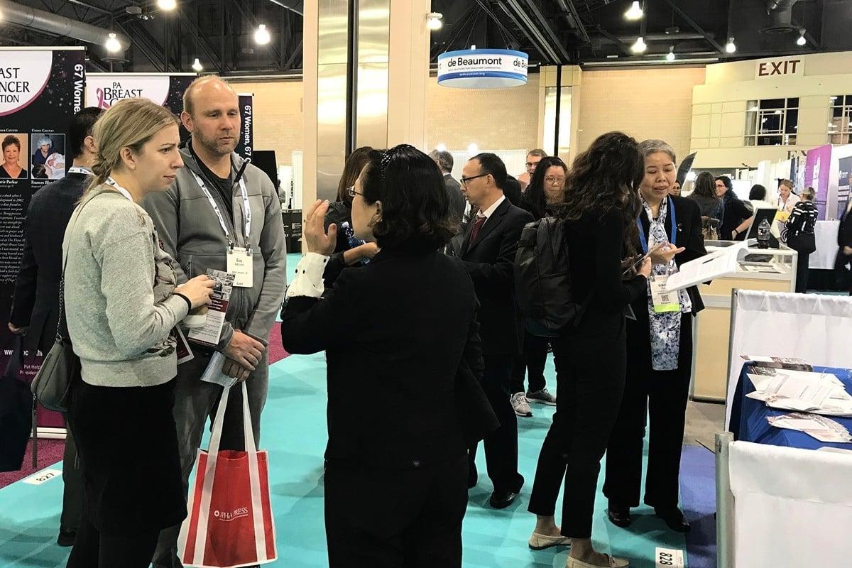 中國器官采割研究中心(COHRC)在美國公共衛生學會(APHA)年會的展位吸引了眾多與會者。(良克霖/大紀元)