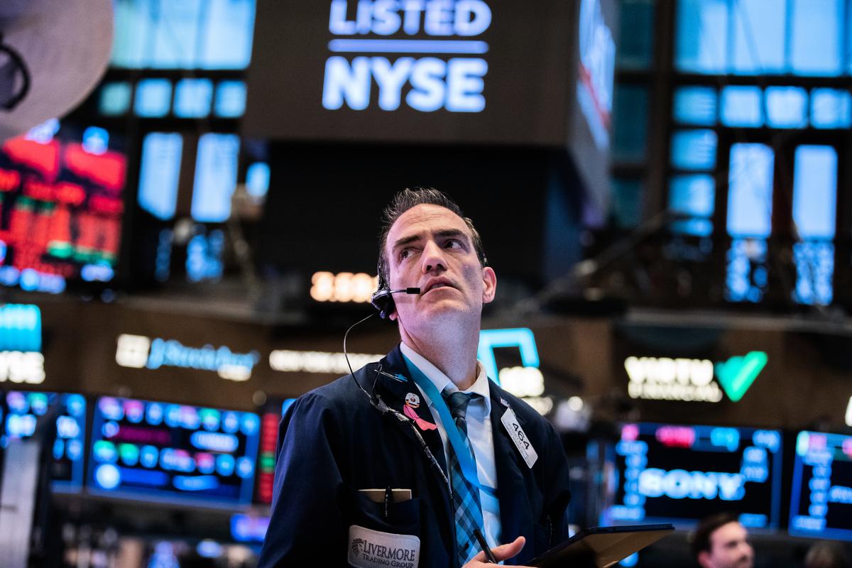 交易員於2020年3月11日在紐約市的紐約證券交易所(NYSE)。隨著中共病毒(俗稱武漢病毒、新冠病毒)病例的增加,道瓊斯指數下跌了1,400點以上。(Jeenah Moon/Getty Images)