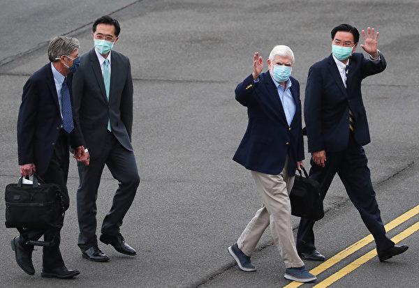 美國總統拜登摯友、前參議員陶德(Chris Dodd,右2)所率訪問團搭乘專機,2021年4月14日下午順利飛抵松山機場,這次訪台成員還包含前副國務卿史坦柏格(James Steinberg,左)等人,台灣外交部長吳釗燮(右)、外交部北美司長徐佑典(左2)等人親往接機。(中央社)