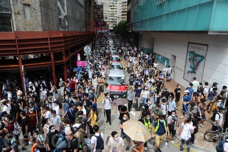 2020年7月1日,香港群眾七一大遊行,在銅鑼灣時代廣場羅素街。(宋碧龍/大紀元)
