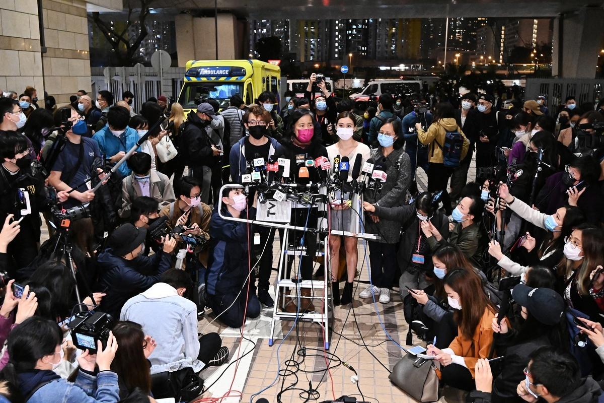 3月4日,47名香港民主派顛覆罪15被告獲准保釋,律政司即時提出覆核取消保釋。民陣召集人陳皓恆(左一)、長毛梁國雄太太(左二)、岑敖暉太太(左三)、朱凱迪太太(右一)召開記者會抗議。(宋碧龍/大紀元)