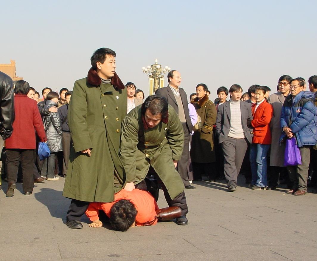 2000年12月31日,眾多法輪功學員到天安門廣場和平請願,中共便衣警察大肆抓捕法輪功學員。(明慧網)