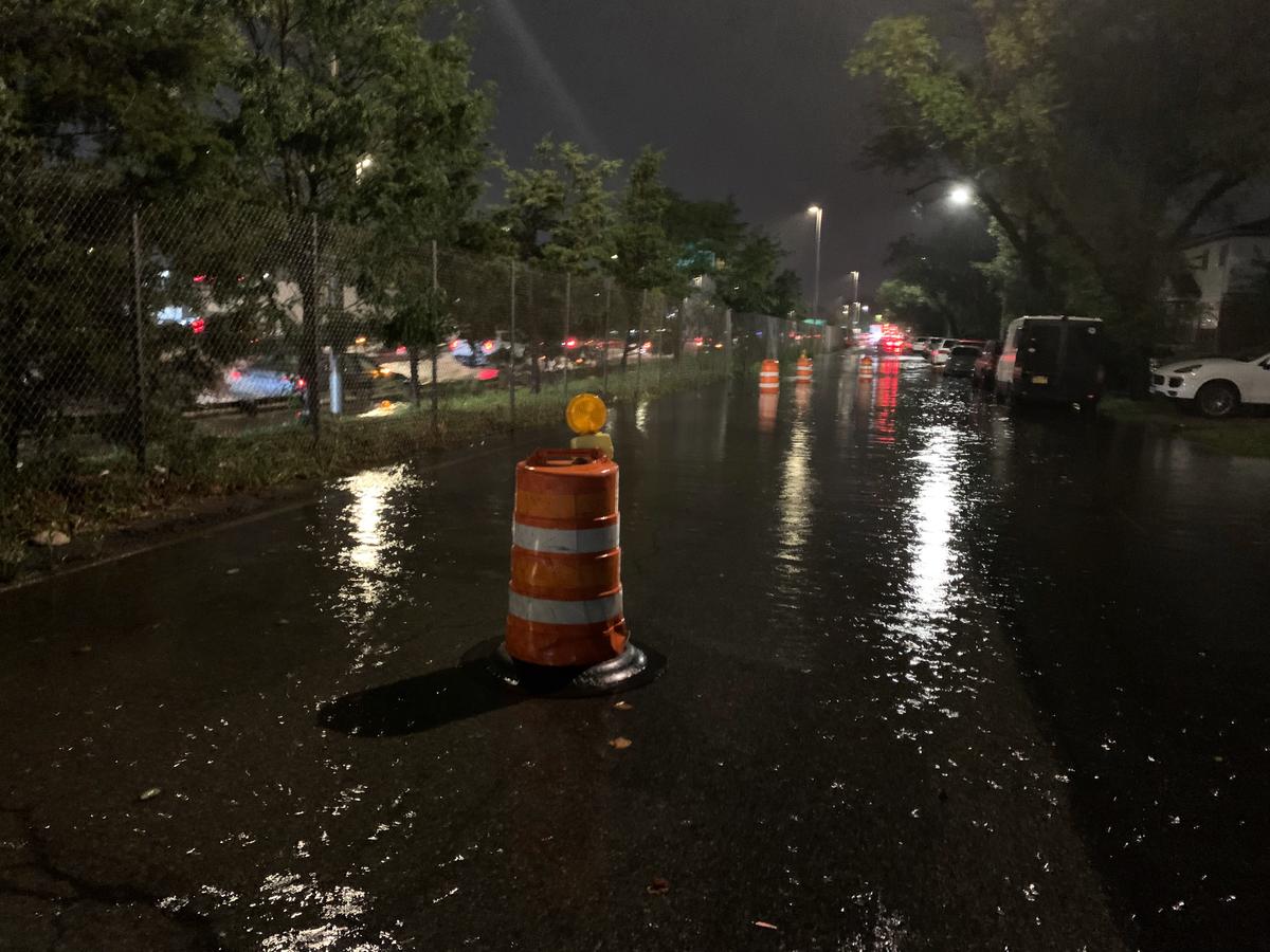 法拉盛有的地段水浸街。(周翰音/大紀元)