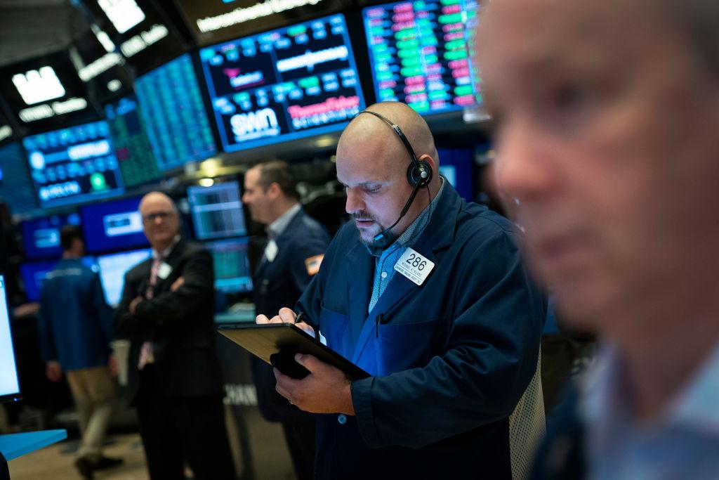 周一(8月5日),中共為了報復美國的最新加關稅舉措,人民幣貶值,突破業界「7」的心理大關,美國和全球股市大跌。圖為8月3日的美國紐約交易所。(Drew Angerer/Getty Images)