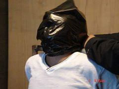 中共酷刑折磨示意圖:膠袋窒息。(明慧網)