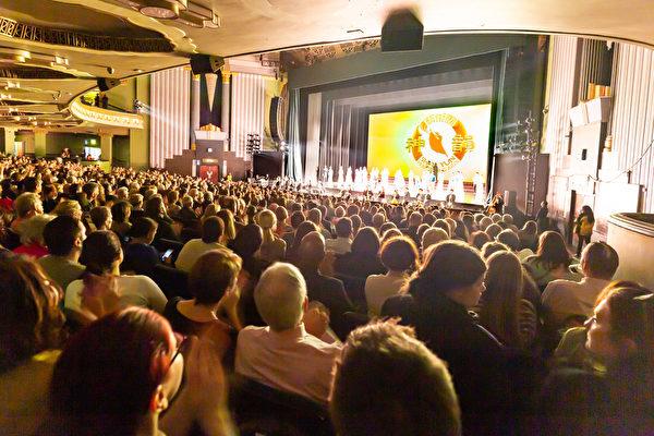 2020年1月23日下午,神韻國際藝術團在倫敦Eventim Apollo劇院的演出再次爆滿。(羅元/大紀元)