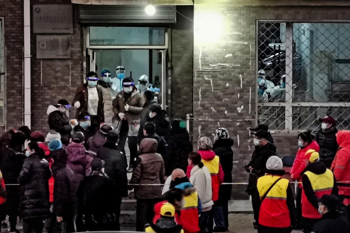 2020年12月22日,遼寧省大連市進行大規模檢測,居民等待接受Covid-19冠狀病毒的檢測。(STR/AFP via Getty Images)