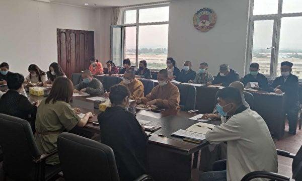 中國某地宗教會議照片。照片顯示,和尚道士等各宗教成員正聚集在中共徽章下學習。(大紀元)