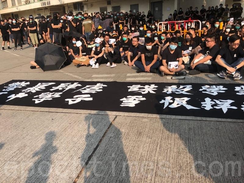 2019年10月2日,數百人聚集在被警察開槍打傷的中學生所在學校,抗議警方過度暴力。(葉依帆/大紀元)