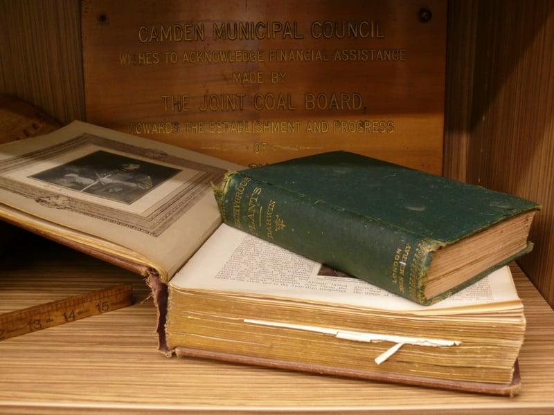 圖中深色的書本是查理斯·達爾文的著作《食蟲植物》。(坎姆登圖書館提供)