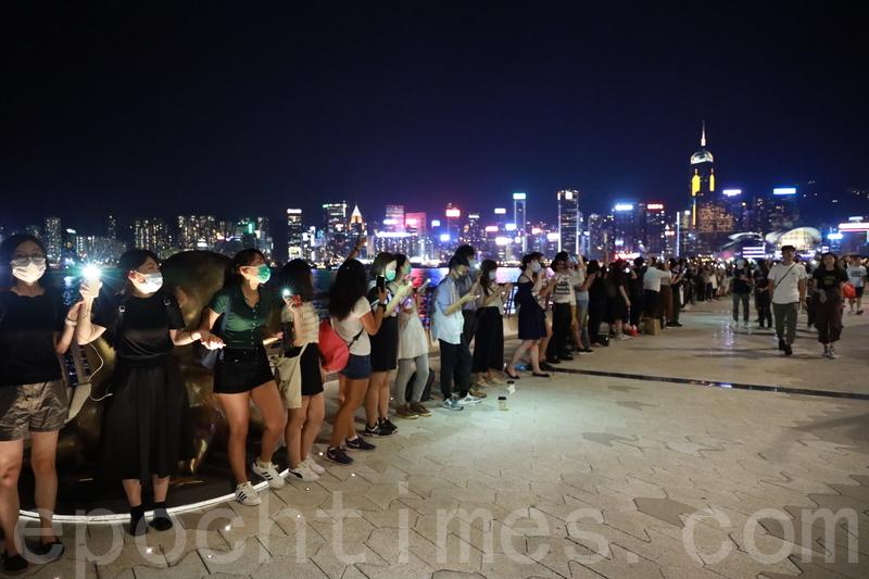 8月23日,港人挺身反送中,「人鏈」手牽手組「香港之路」,呼籲國際社會關注。(王偉明/大紀元)