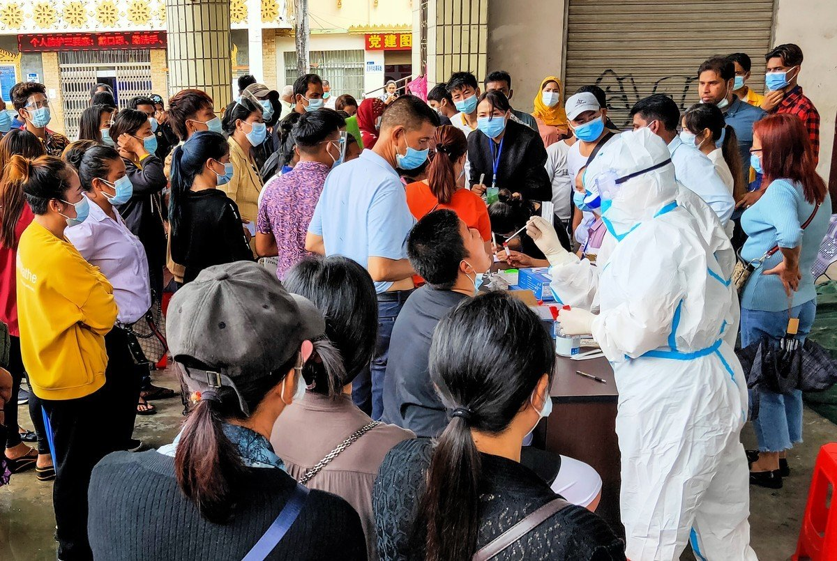 雲南省瑞麗市疫情持續升溫。圖為2020年9月15日在雲南省瑞麗市接受核酸檢測的居民。(STR/AFP via Getty Images)