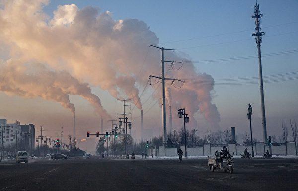 2015年11月25日,中國山西省的一家燃煤電廠冒出滾滾濃煙。(Kevin Frayer/Getty Images)