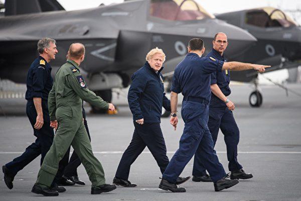 英相約翰遜(中)正在視察「伊利沙伯女王號」航空母艦,該艦隊在2021年5月21日出發前往亞洲進行首次作戰部署。(LEON NEAL/POOL/AFP via Getty Images)